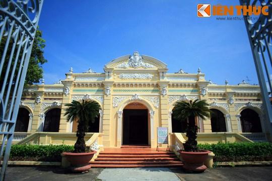Không chỉ là nơi trưng bày hiện vật, Bảo tàng Tỉnh Kiên Giang (số 27 Nguyễn Văn Trỗi, phường Vĩnh Thanh Vân, TP Rạch Giá, Kiên Giang) còn là dinh thự cổ của địa chủ phong kiến đẹp nhất địa phương này còn được lưu giữ cho đến ngày nay.