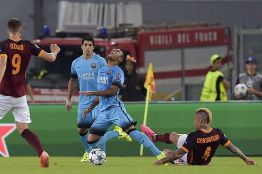 Cú tắc bóng của cầu thủ Roma khiến Rafinha dây chằng gối