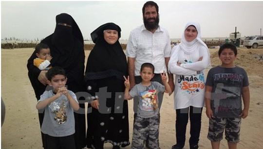Chị Liên (không che mạng) và anh Hany Fahim cùng các con. Ảnh: Hữu Chiến/Vietnam+