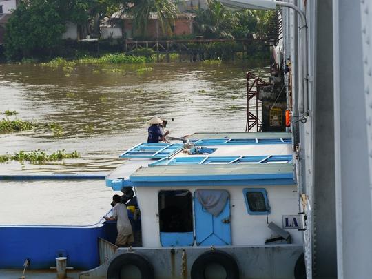 Nóc thuyền được canh ngắm vừa đủ vượt qua gầm cầu.