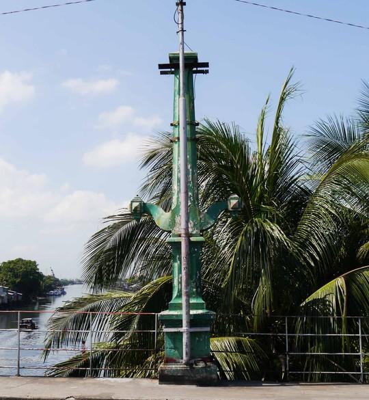 Hai hàng cột rêu phong với 90 năm tuổi đời sẽ được khôi phục và gìn giữ.