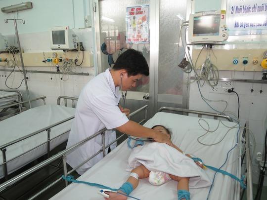 Khám bệnh tay chân miệng tại Bệnh viện Nhi Đồng 1 (TP HCM)