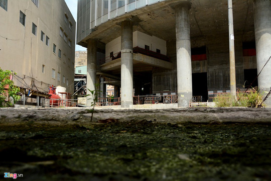Một góc bên dưới toà nhà phía đường Võ Văn Kiệt.