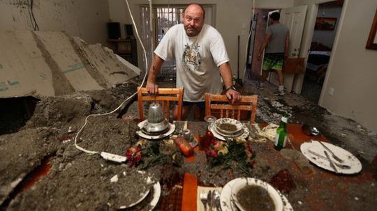 Ông Frank Partlic đứng trong căn nhà hư hại. Ảnh: SMH