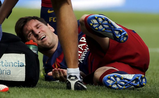 Messi bị chấn thương đêm 26-9 Ảnh: REUTERS