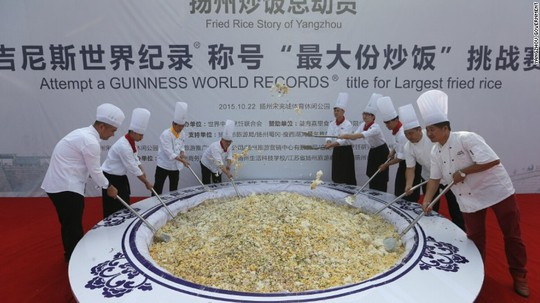 Dĩa cơm chiên nặng 4.192 kg. Ảnh: Yangzhou Goverment