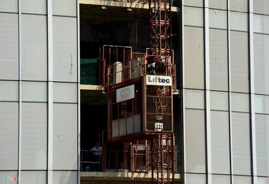 Theo ghi nhận của phóng viên, trong sáng 11-11, chiếc thang máy vẫn hoạt động đưa một số người lên xuống các tầng của toà nhà.