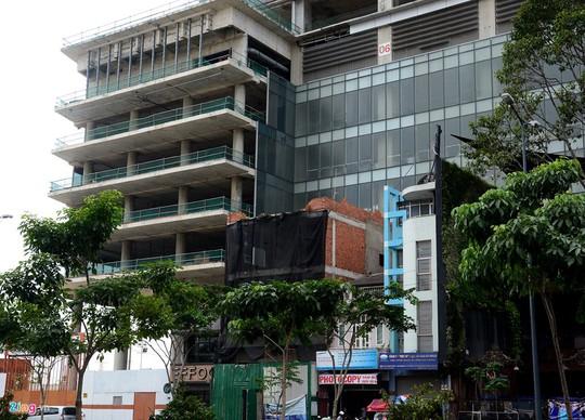 Phía trước mặt tiền đường Hàm Nghi, các công trình tư nhân vừa mới được xây dựng.