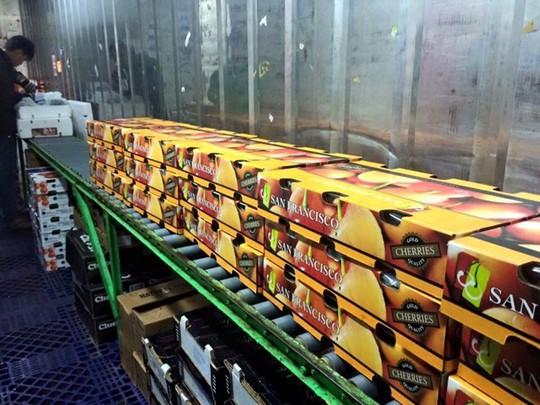 Hoa quả ngoại có giá bạc triệu mỗi kg vẫn được nhiều gia đình Việt tìm mua, với lý do yên tâm về chất lượng. Ảnh: N.L.