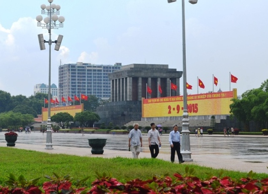 Tòa nhà 8B Lê Trực (Hà Nội) nhìn từ khu vực Lăng Chủ tịch Hồ Chí Minh
