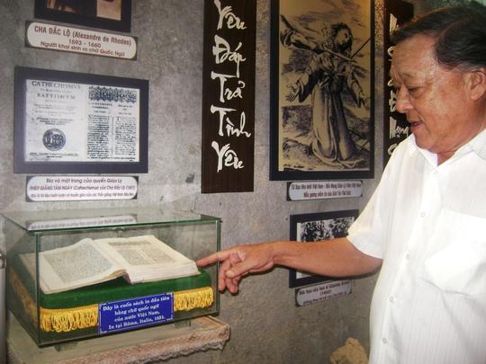 """Quyển sách chữ quốc ngữ đầu tiên """"Phép giảng 8 ngày"""" của A. de Rhodes đang lưu giữ tại Nhà thờ Mằng Lăng (xã An Thạch, huyện Tuy An, tỉnh Phú Yên)"""