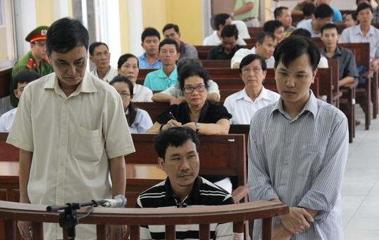 Luật sư bào chữa đưa ra những chứng cứ chứng minh bị cáo Hưng (ngoài cùng bên phải) có mâu thuẫn với 2 nhân chứng