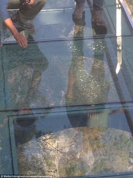 Vết nứt trên sàn cầu do cô Lee Dong Hai chụp lại. Ảnh: Weibo