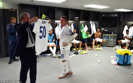 Rooney được HLV Hodgson vinh danh trong phòng thay đồ
