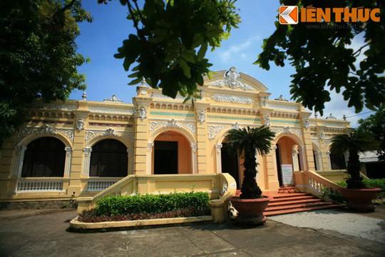 Ngôi nhà thường được dân địa phương gọi là Cái Nhà Lớn, do ông Trần Nhuệ, một địa chủ lớn trong vùng cho xây dựng.