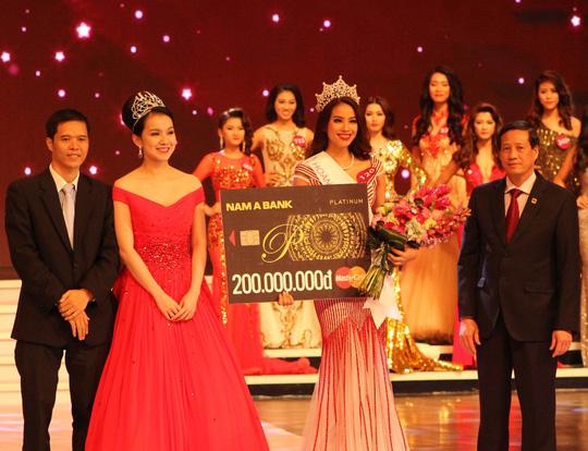 Hoa hậu Hoàn vũ Việt Nam 2015 Phạm Thị Hương trong đêm đăng quang