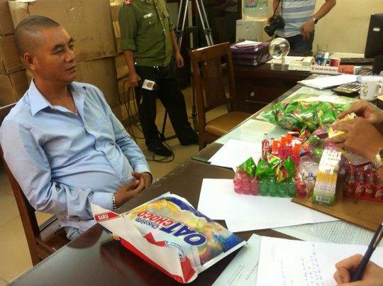 Ông Nguyễn Đắc Thu, người đứng tên đại diện chủ hàng, tại trụ sở công an