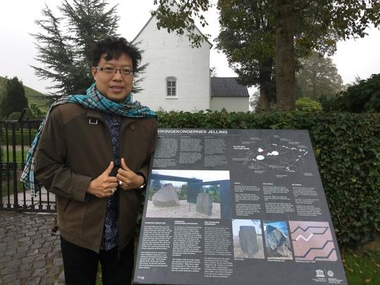 Nhà báo Thanh Hiệp tại khu bảo tàng Kongernes Jelling