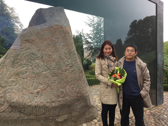 MC Uyển Nhi và ông xã chụp ảnh lưu niệm tại Hòn đá lớn của khu bảo tàng