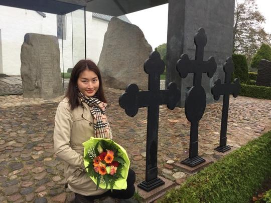 MC Uyển Nhi mang hoa đến đặt tại hai hòn đá cổ của người Đan Mạch