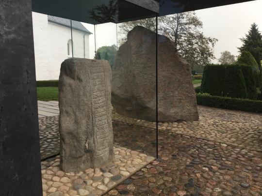 Hai hòn đá được đặt trong khung kính bảo quản tại khu bảo tàng Kongernes Jelling