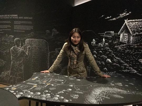 MC Uyển Nhi trong bảo tàng Kongernes Jelling