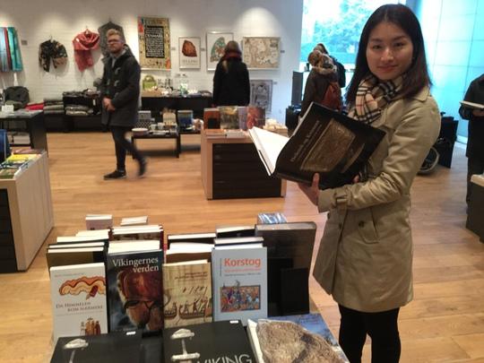 Đọc sách lịch sử của Đan Mạch để tìm hiểu về kiến thức, văn hóa, địa lý của vùng đất này, đã giúp Uyển Nhi làm công việc thông dịch tốt hơn trong suốt 10 năm qua