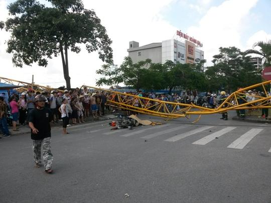 Chiếc cần cẩu đổ sập nằm chắn ngang đường, khiến người đàn ông đi xe máy thiệt mạng