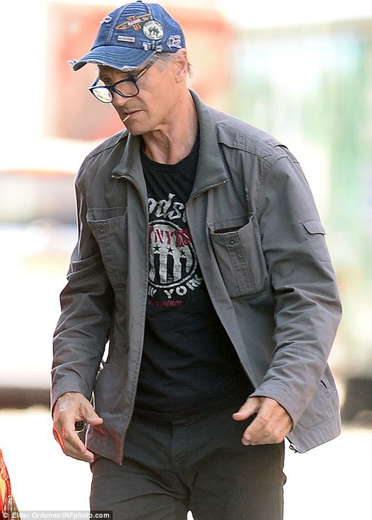 Liam Neeson trông già nua trên đường phố
