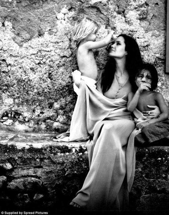Angelina Jolie và hai con