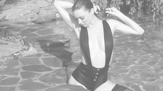 Siêu mẫu Miranda Kerr khoe dáng nóng bỏng