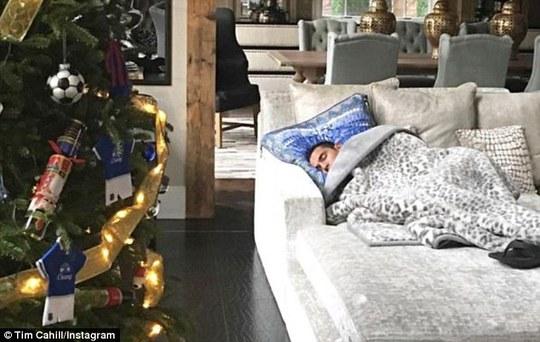 Trong lúc mọi người vui chơi rộn ràng thì cựu cầu thủ Everton Tim Cahill tranh thủ ngủ