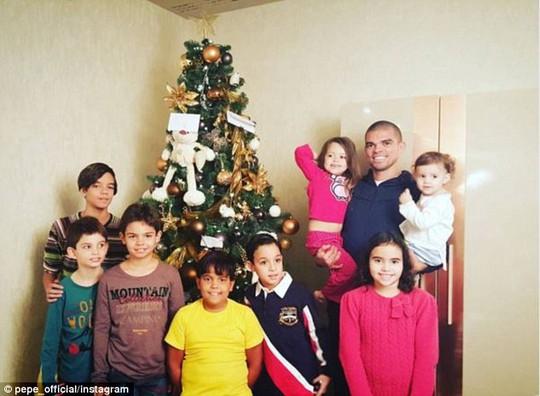 Trung vệ Pepe vui vầy bên bọn trẻ