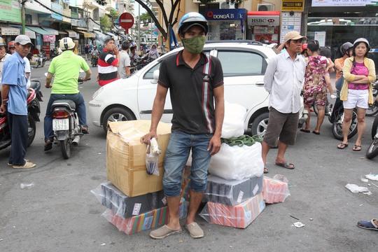 Nhiều đối tượng vi phạm sau khi bị giữ xem đành phải đợi chủ hàng dùng xe máy khác đến chở hàng hóa về