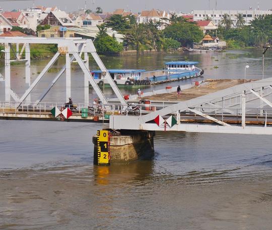 Mực thủy triều liên tục dâng cao, khiến việc qua lại của tàu bè ngày càng nguy hiểm