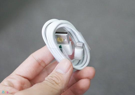 Tuy không phải iPhone thật, nhưng máy có thể dùng được cáp lightning từ Apple.