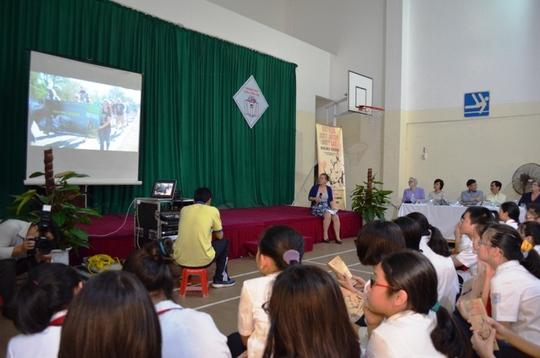 Các em học sinh chăm chú xem những phim tư liệu về tê giác