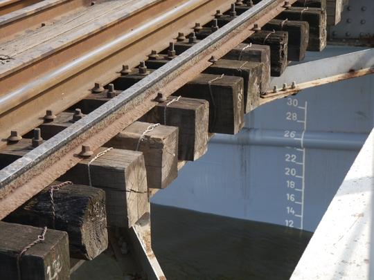 Trong những năm gần đây, các tai nạn do tàu bè hay sà lan va chạm vào cầu thường xuyên xảy ra. Nhẹ thì bị rung chuyển, nặng thì mặt cầu bị đội cao hơn 20 cm, gây tê liệt hoàn toàn cho tuyến đường sắt Bắc Nam.