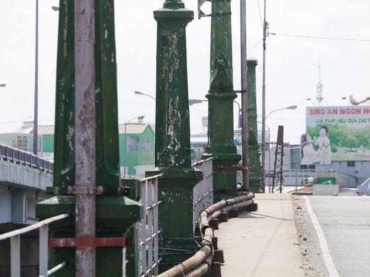 Nét kiến trúc nổi bật của cầu Nhị Thiên Đường 1 là hai hàng cột màu xanh, xếp song song, từ đầu đến cuối 2 bên thành cầu