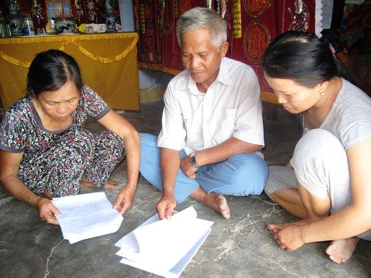 Gia đình ông Huỳnh Chiếm Lạc với tập hồ sơ khởi kiện, đòi VKSND tỉnh Khánh Hòa bồi thường oan sai cho cha mình