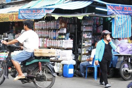 """Hóa chất, hương liệu tạo mùi thực phẩm được bày bán tràn lan ở chợ Kim Biên, trong đó có """"cà phê siêu đặc"""" (ảnh dưới)"""