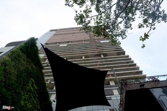 """Tòa cao ốc đồ sộ này được khởi công xây dựng từ năm 2009, dự kiến hoàn thành vào năm 2011. Tuy nhiên, đến thời điểm này, tòa nhà hiện """"bất động""""."""