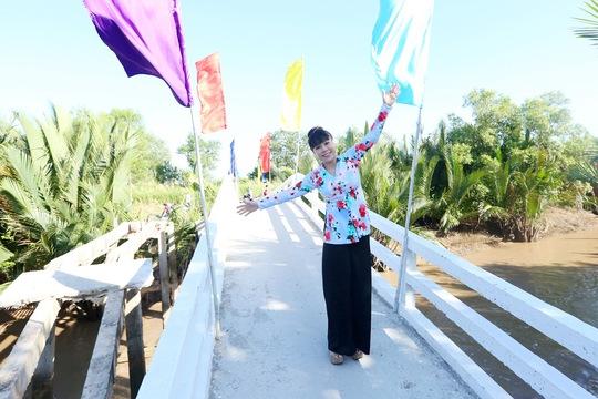 Việt Hương diện bà ba rực rỡ dự khánh thành cầu từ thiện