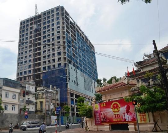 Tòa nhà nằm trên phố Lê Trực (Ba Đình) đã xây xong phần thô, trước tòa nhà đang được lắp kính