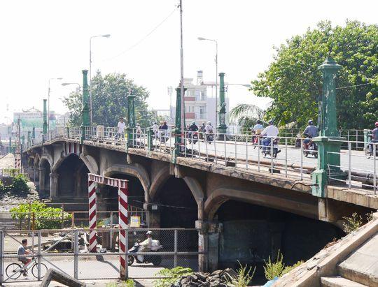 Ngoài ra, phần mái vòm dưới dạ cầu cũng được thiết kế theo nhiều cây cầu hiện đại của Pháp vào thời điểm đó, tạo nên sự khác biệt giữa Nhị Thiên Đường 1 với các cây cầu khác ở TP