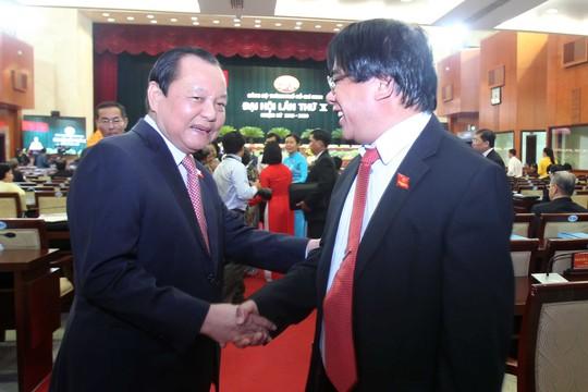 Bí thư Thành ủy Lê Thanh Hải ân cần hỏi thăm đại biểu trước giờ khai mạc