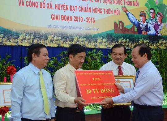 Bí thư Thành ủy TP HCM Lê Thanh Hải tặng quà cho huyện Củ Chi khi huyện này được công nhận đạt chuẩn nông thôn mới