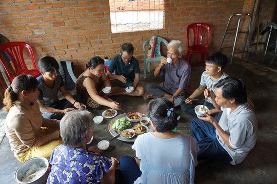 Bữa cơm đầu tiên của gia đình bị can Huỳnh Văn Nén sau hơn 17 năm bị can này rơi vào vòng lao lý Ảnh: NGUYỄN THẬN