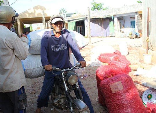 Hành, tỏi Lý Sơn vẫn đang buôn bán bình thương tại chợ tỏi, hành Lý Sơn - Ảnh: Trần Mai