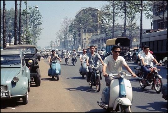 Vespa trên đường phố Sài Gòn trước năm 1975